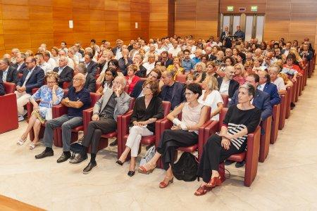 Folla e commozione per la presentazione di