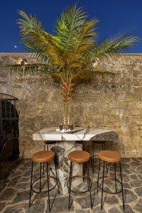 Auf Rhodos signiert Eleni Karimali das Design der Obscura Cocktail Bar 7711A1934 - Ceramica del Conca