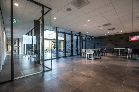 Il design protagonista nella nuova sede di Hofman Animal Care in Olanda BW%20HR%20Reggetegels%20Animal%20Care-5776-1 - Ceramica del Conca