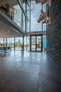 Il design protagonista nella nuova sede di Hofman Animal Care in Olanda BW%20HR%20Reggetegels%20Animal%20Care-5803 - Ceramica del Conca