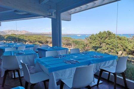 Die Sicht aus dem Fenster auf den Golf von Asinara Hotel_Roccaruja_Ristorante_8 - Ceramica del Conca