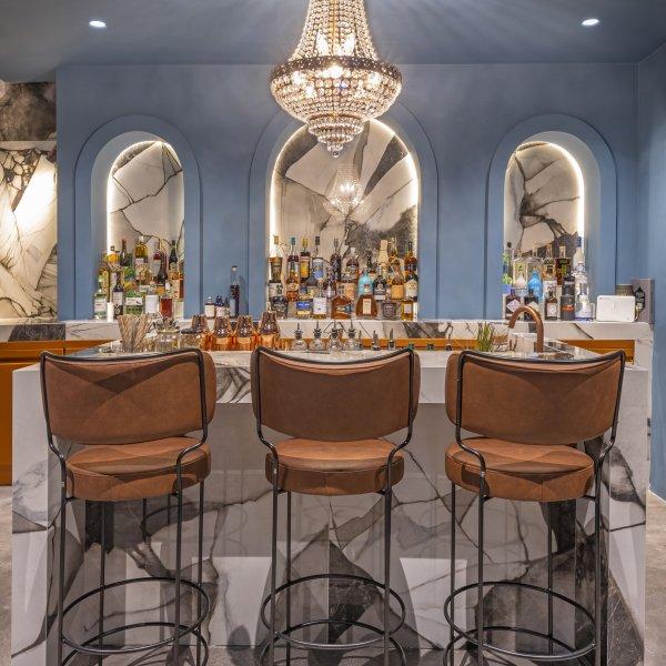 A Rhodes, Eleni Karimali signe le design de l'Obscura Cocktail Bar quadrato - Ceramica del Conca