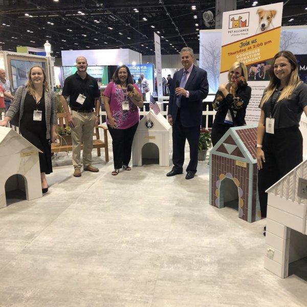 Lastre effetto marmo per le casette del canile di Orlando coverings2021 - Ceramica del Conca